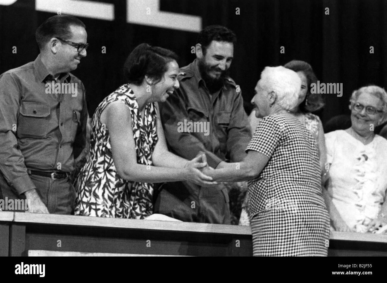 Castro, Fidel, * 13.8.1927, Cuban politician, head of State since 1959, with Vilma Espin, congratulating Rosa Pereda, - Stock Image