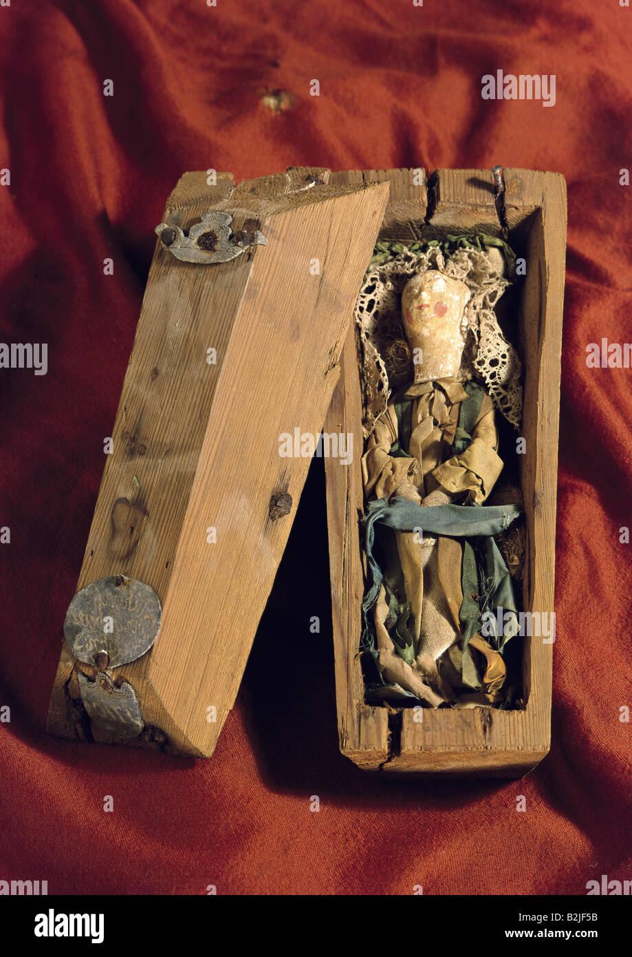 toys, dolls, coffin for dolls, inscription on coffin lid, 'Ruhe ist der Arbeit Lohn' (Rest is the reward - Stock Image