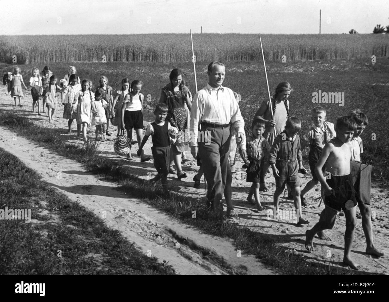 Reichwein, Adolf, 3.10.1898 - 20.10.1944, German educator, hiking with children, Brandenburg, 1943, , Additional - Stock Image