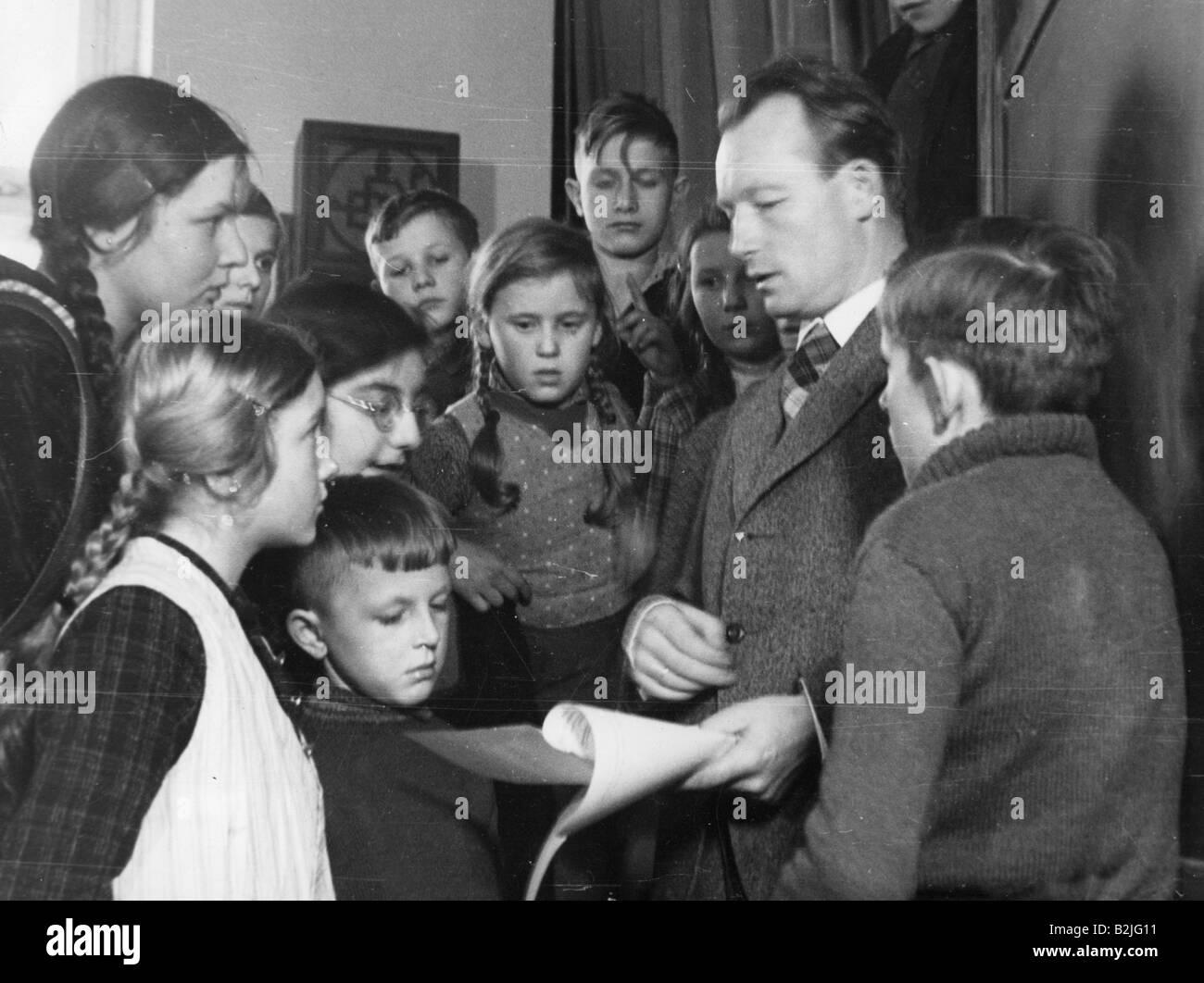 Reichwein, Adolf, 3.10.1898 - 20.10.1944, German educator, with children, Tiefensee school, Brandenburg, 1943, , - Stock Image