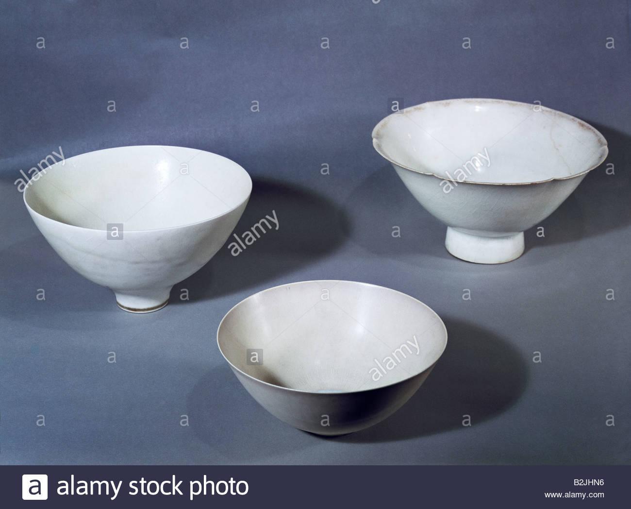 fine arts, porcelain, vessels, bowls, left: bowl by Stig Lindberg, diameter 13.6 cm, Gustavsberg, Stockholm, Sweden, - Stock Image