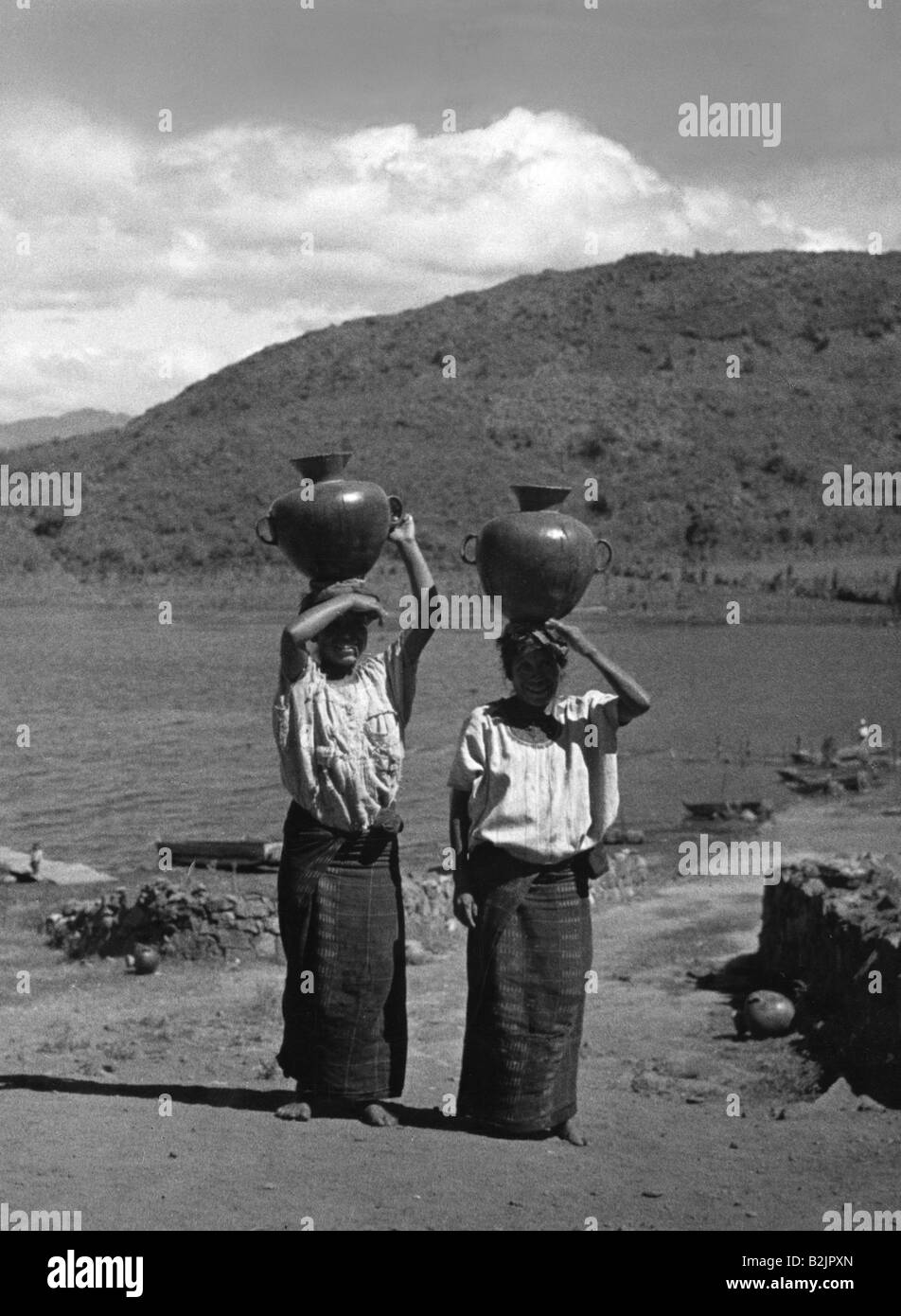geography / travel, Guatemala, people, women, Tinajas, women carrying water jugs from Lake Atitlan, 1960s, Additional - Stock Image