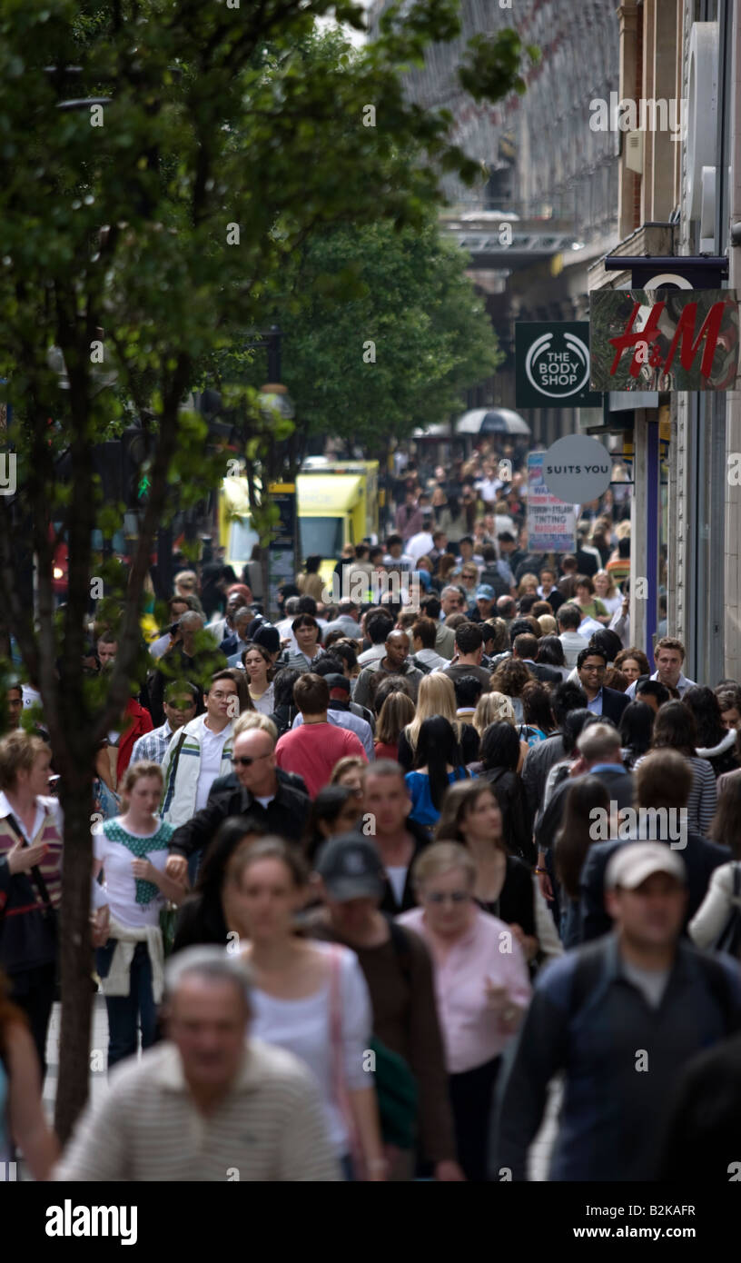 CROWDS OF SHOPPERS OXFORD STREET LONDON ENGLAND UK - Stock Image