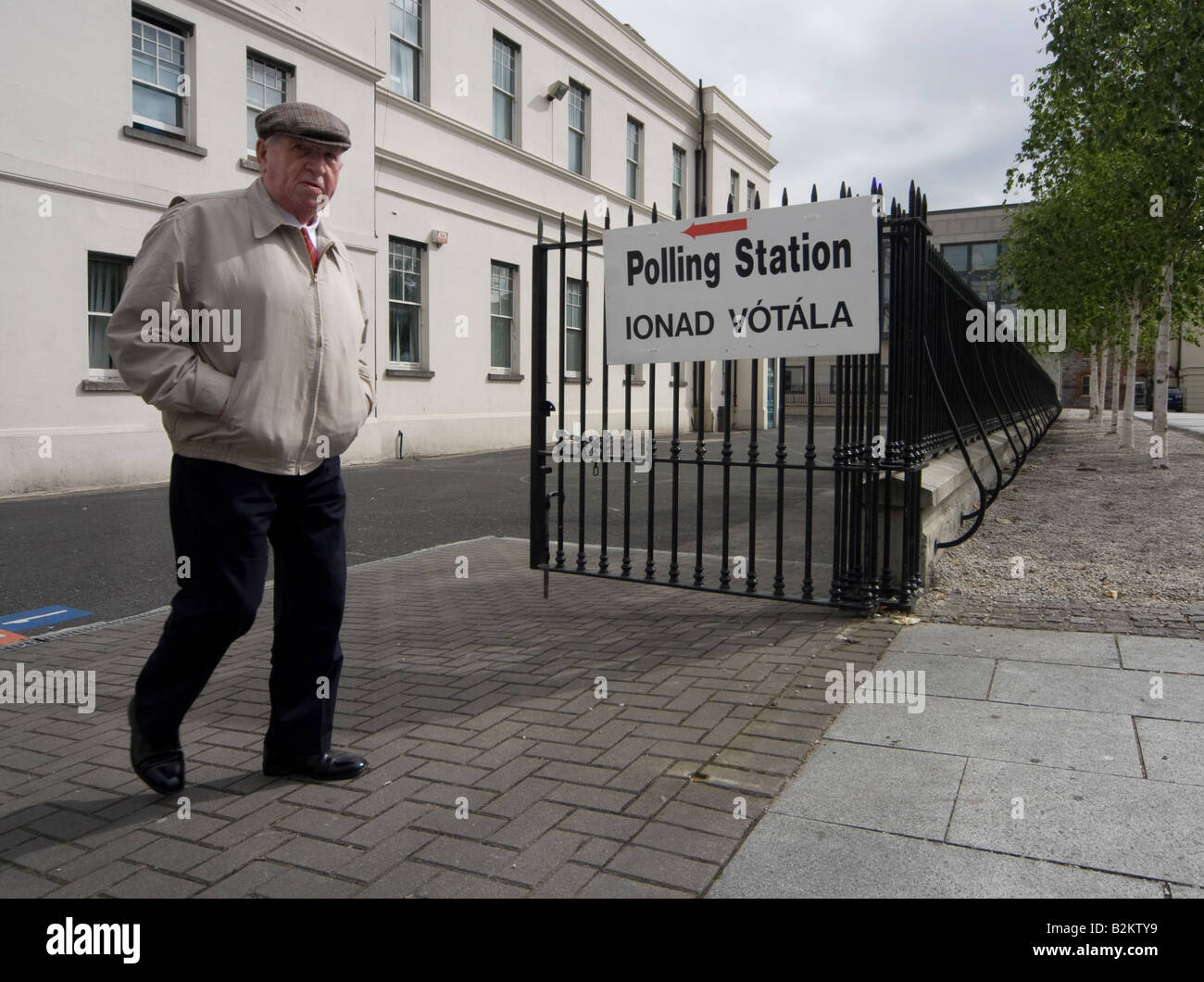 Lisbon Treaty: A disgruntled voter leaves the polling station on Dublin's Marlborough St - Stock Image