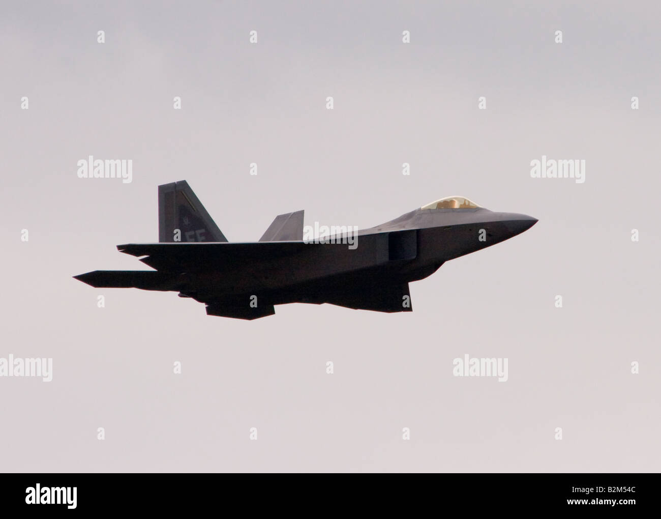 United States Air Force Lockheed Martin F 22A Raptor jet fighter dispaying at the Farnborough Airshow 2008 - Stock Image
