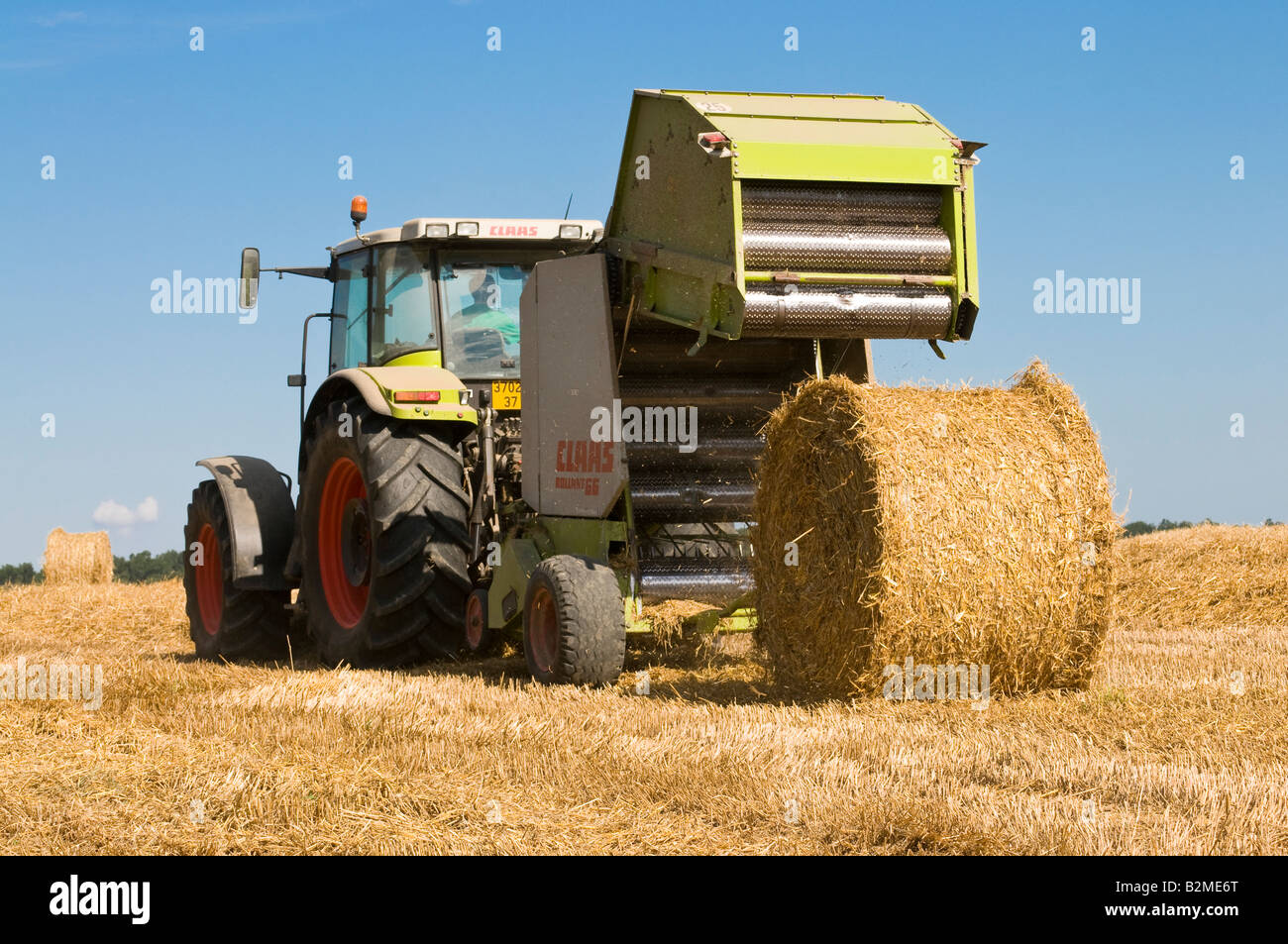 claas ares 826 rz and claas rollant 66 straw baler at work stock rh alamy com Claas Round Baler 250 Claas Baler