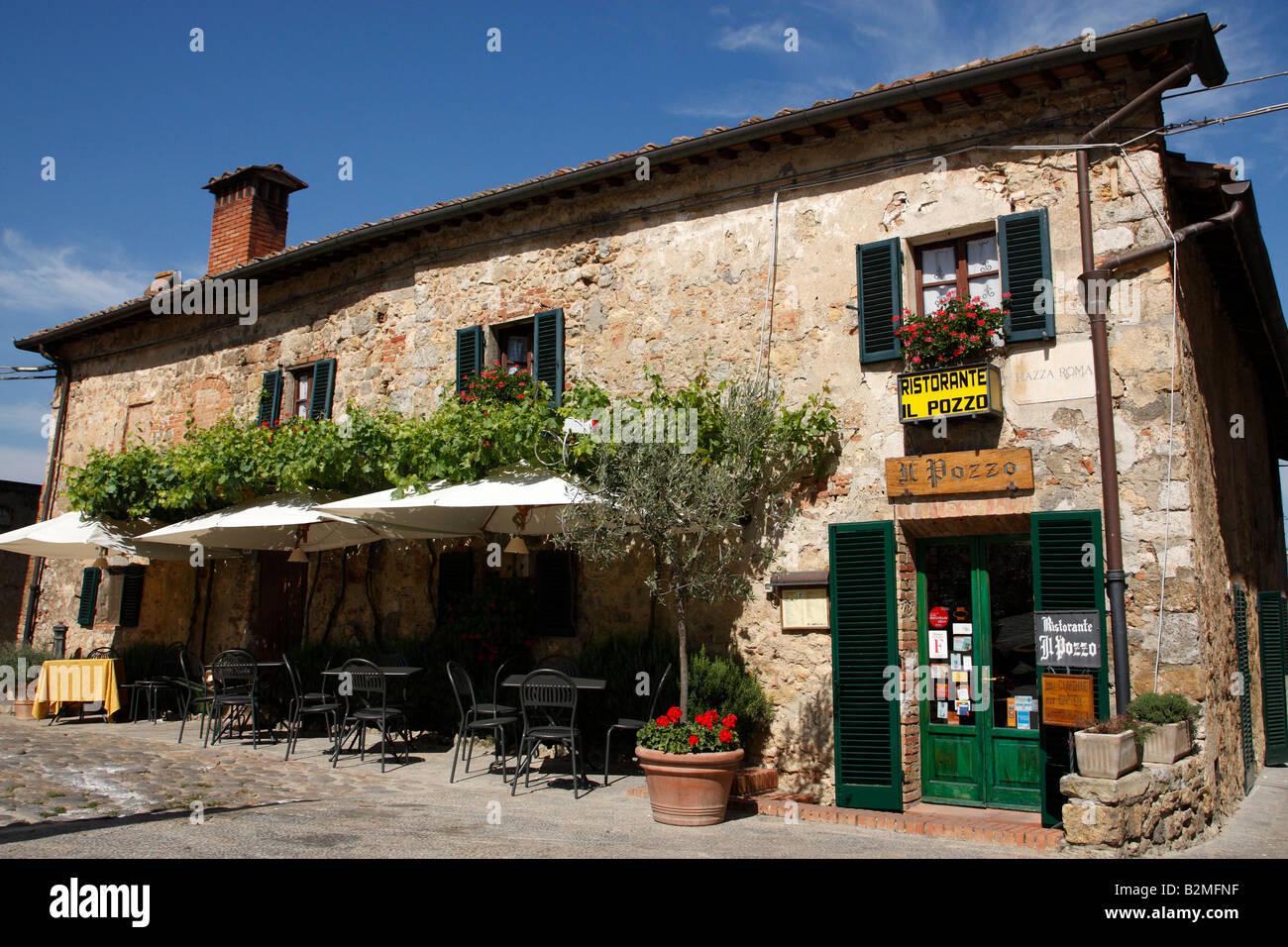 https://c8.alamy.com/comp/B2MFNF/view-of-the-restaurant-il-pozzo-piazza-roma-monteriggioni-tuscany-B2MFNF.jpg