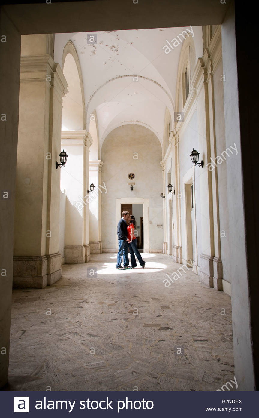 Couple kissing in hall - Stock Image