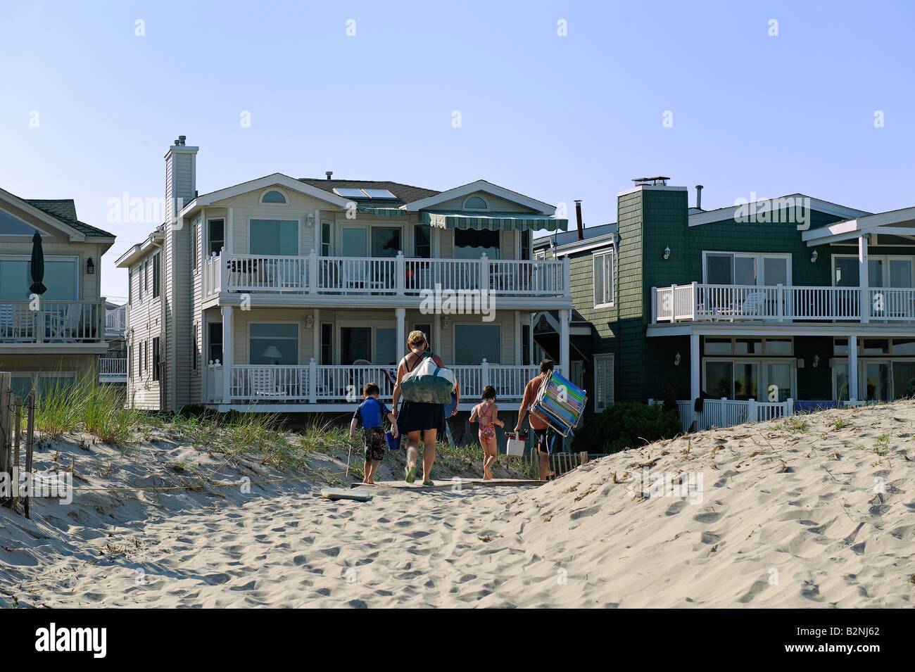 Stupendous Family Returns To Rental House After A Day At The Beach Home Interior And Landscaping Mentranervesignezvosmurscom