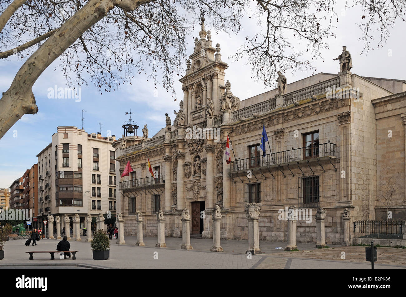 A line of pedestals with stone carved lions in front of the baroque façade of the Universidad University Valladolid - Stock Image