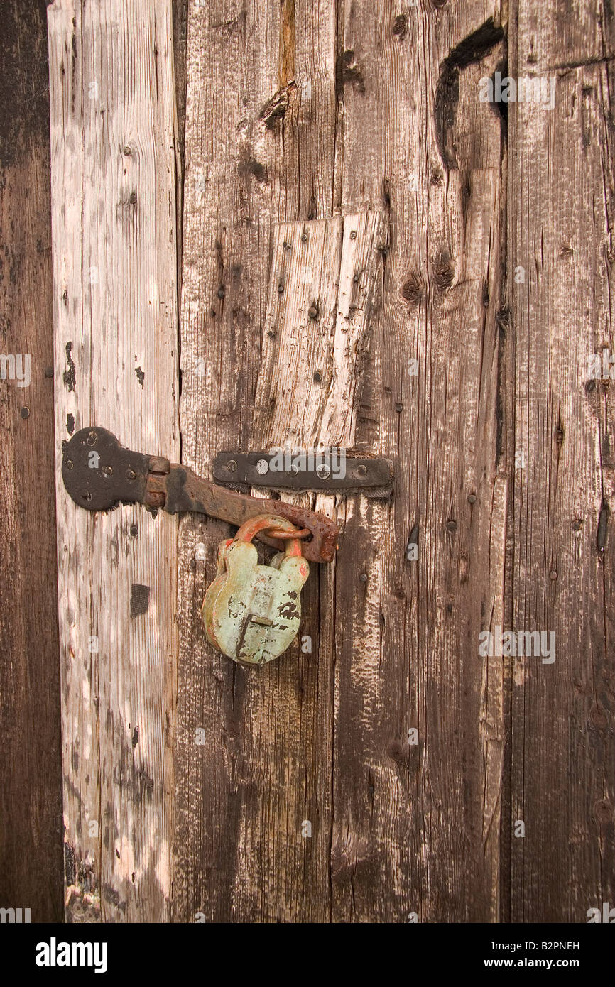 Padlock on old shed door - Stock Image