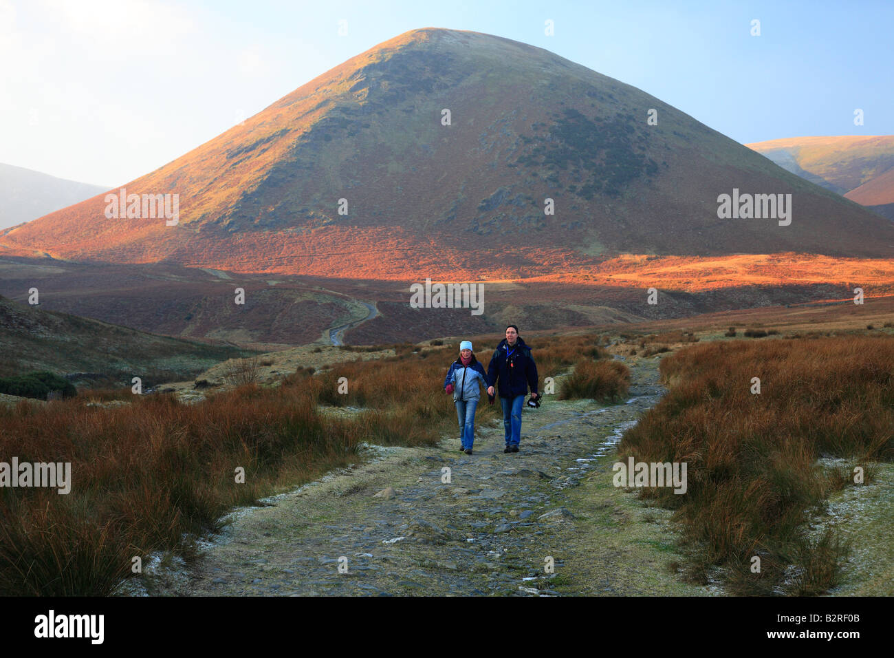 Couple hiking on a frosty day, from The Tounge. The Lake District, Cumbria, England, United Kingdom. - Stock Image