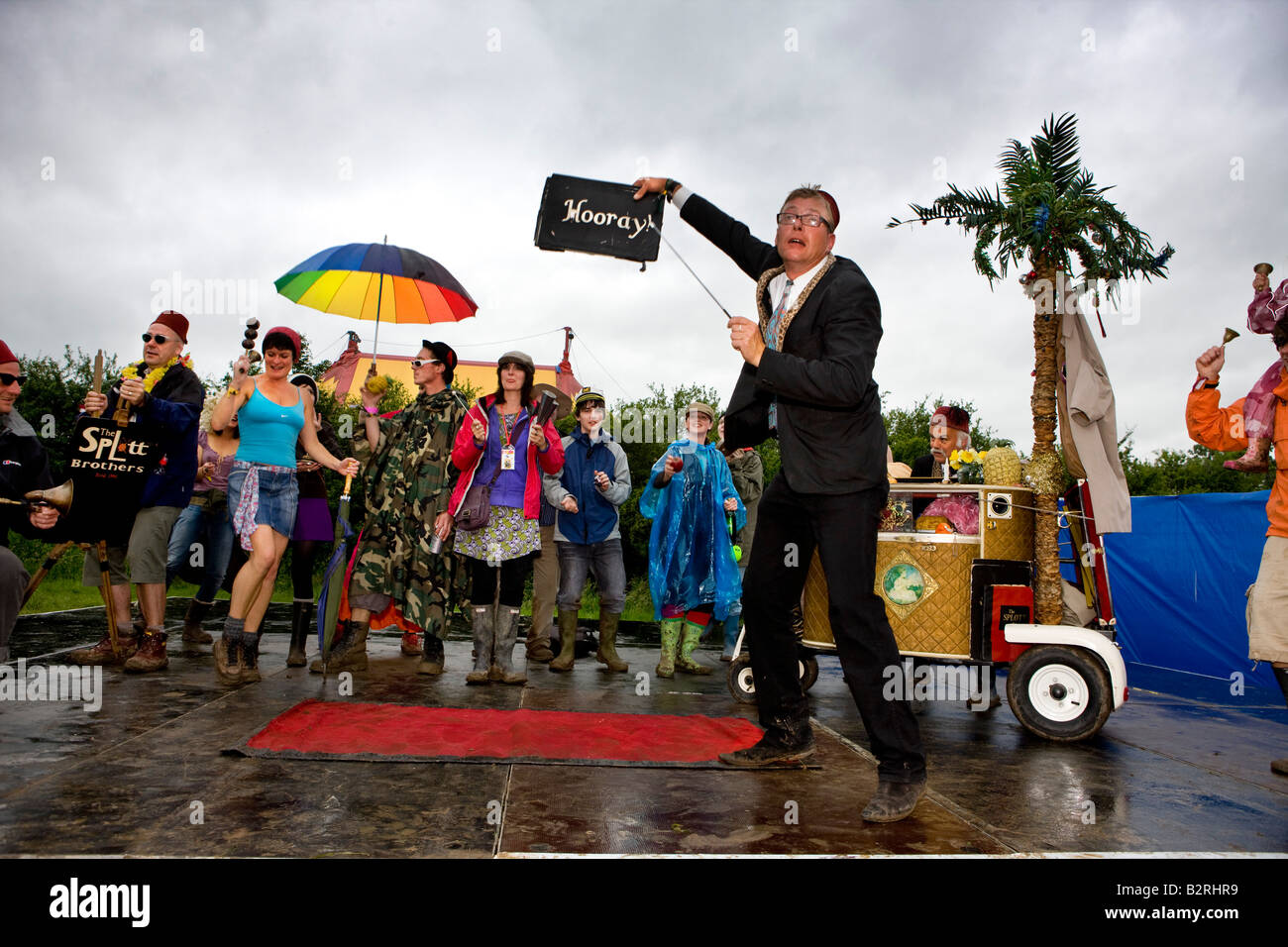 The Spott Brothers entertaining a wet crowd in the circus field, Glastonbury Music Festival Stock Photo