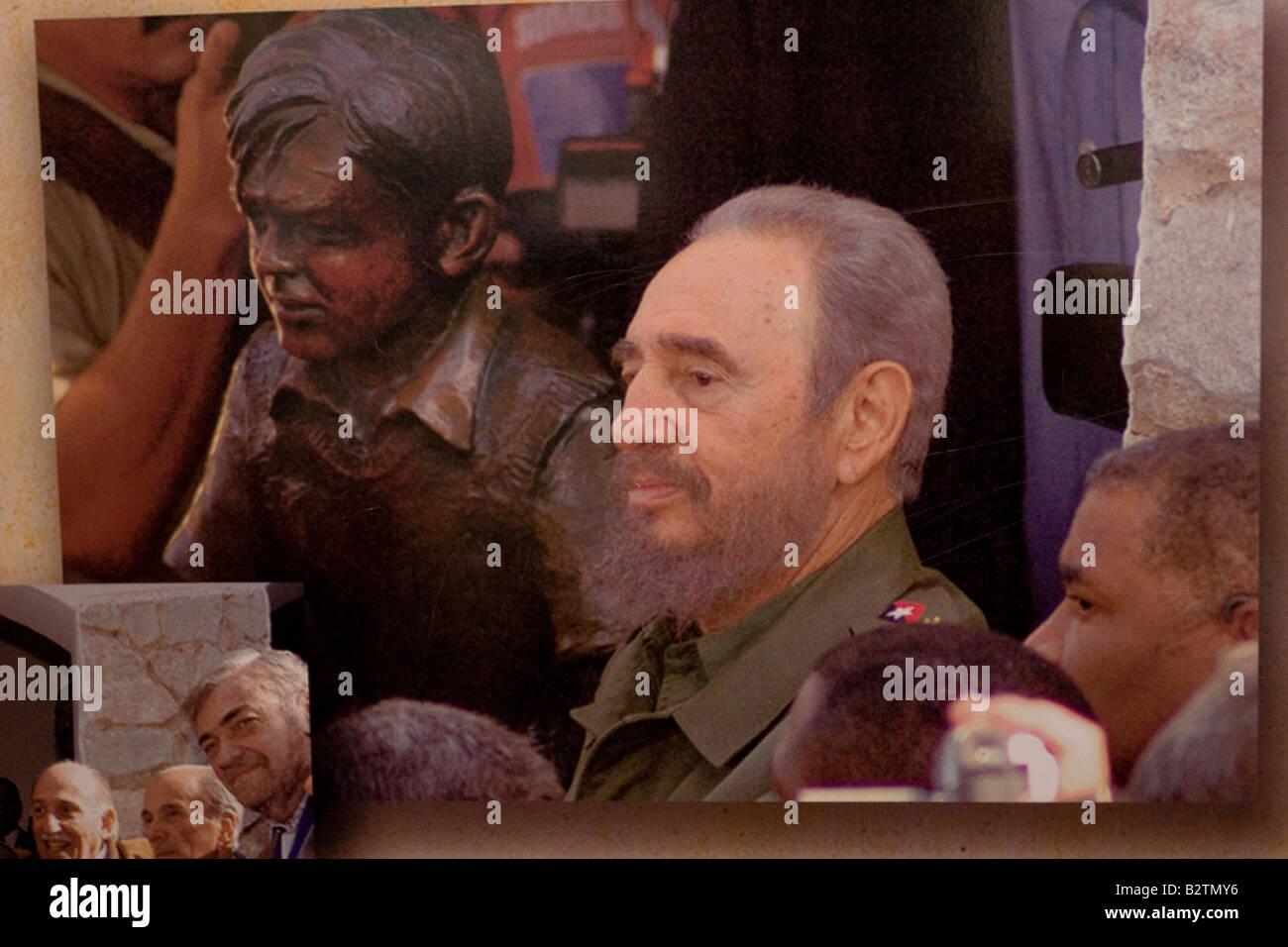 Fidel Castro posing besides a Ernesto Che Guevara boy sculpture in the facade of the Che Guevara museum in Alta Gracia, Cordoba Stock Photo