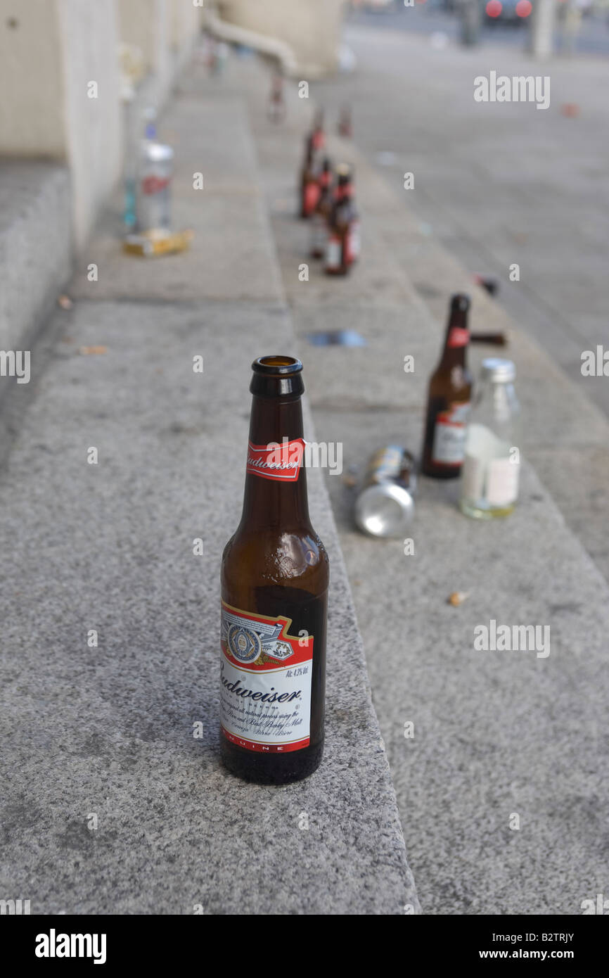Binge drinking: bottles left on the steps of Dublin city centre landmark the Customs House - Stock Image