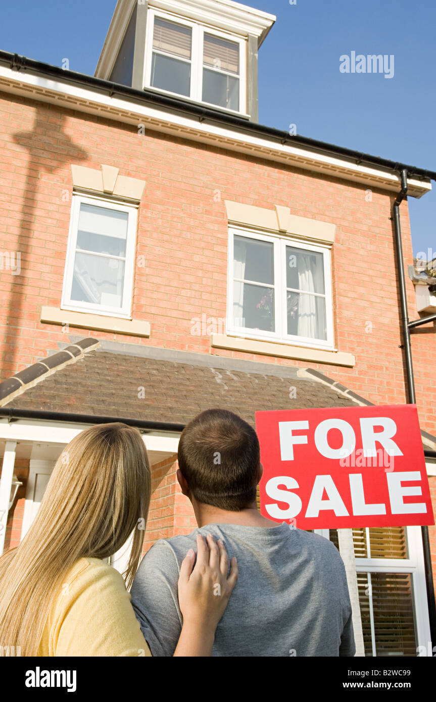 Couple looking at house for sale - Stock Image