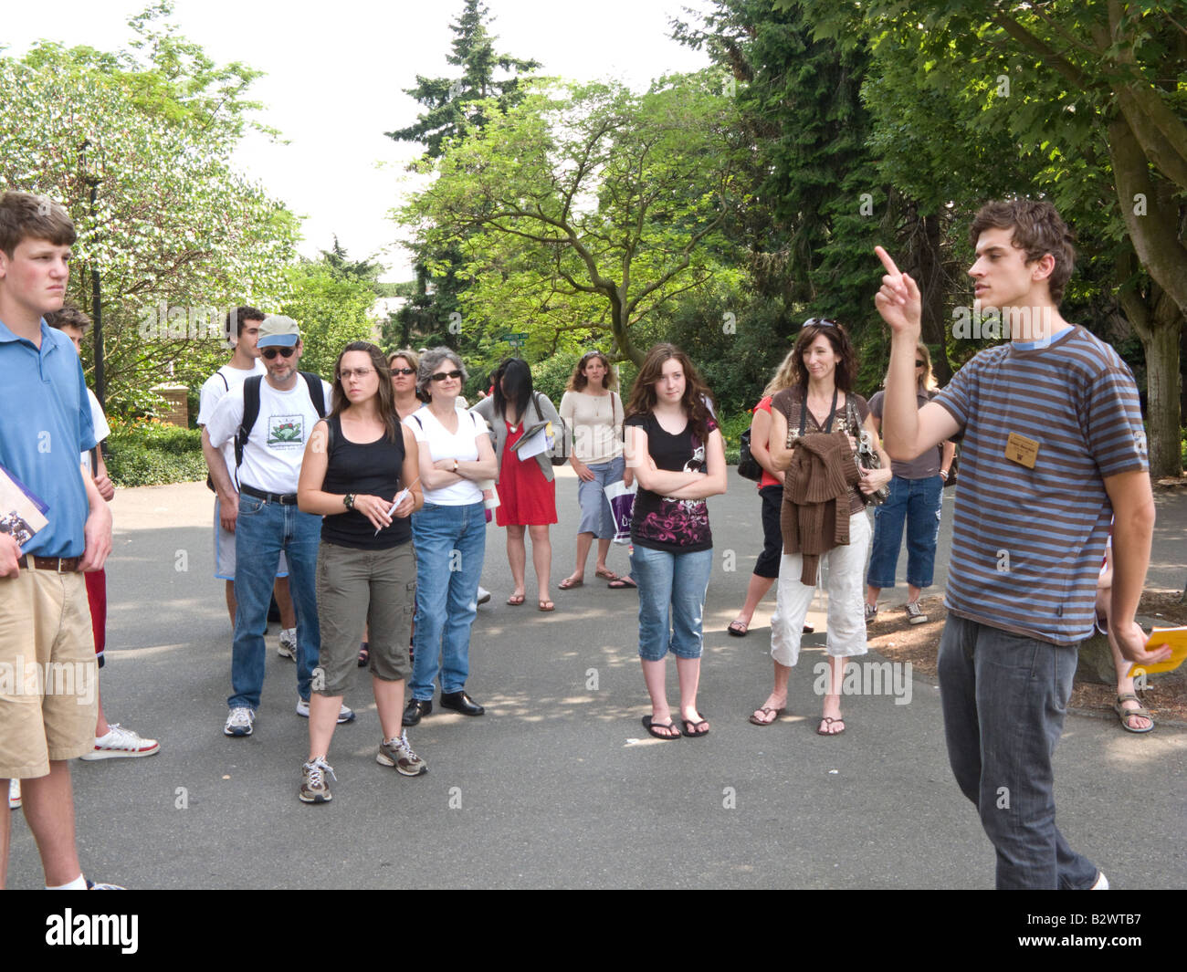 parents and prospective students on student-led admissions office tour of University of Washington Seattle campus - Stock Image