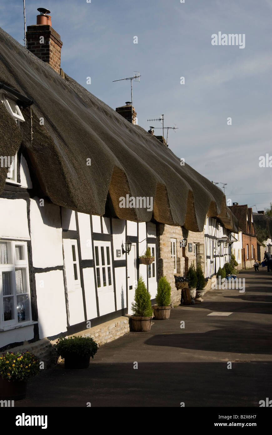 Thatched black and white timbered cottages in Offenham High Street, Worcestershire, UK. - Stock Image