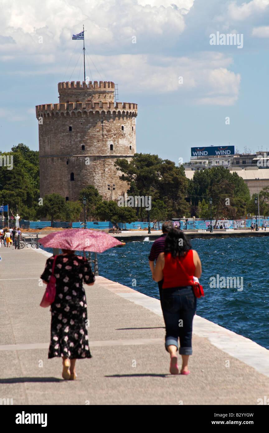 The White Tower. Walking along the seafront. Two women walking. Thessaloniki, Macedonia, Greece - Stock Image