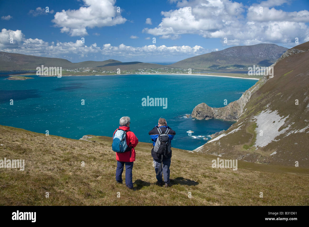 Hikers on the Menawn Cliffs, above Keel Bay. Achill Island, County Mayo, Ireland. - Stock Image