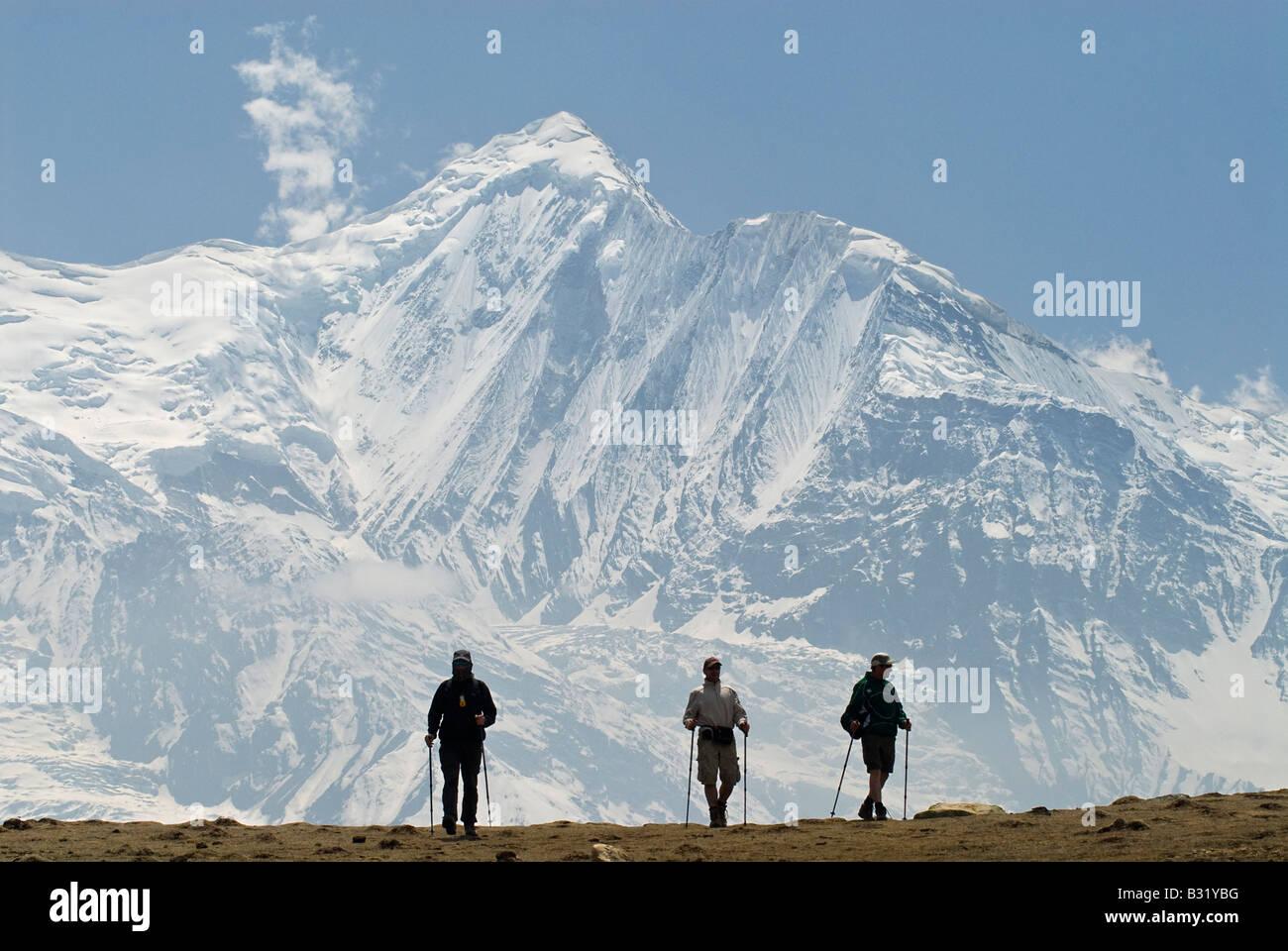 Trekkers walking in the Annapurna mountains, Himalayas, Nepal - Stock Image