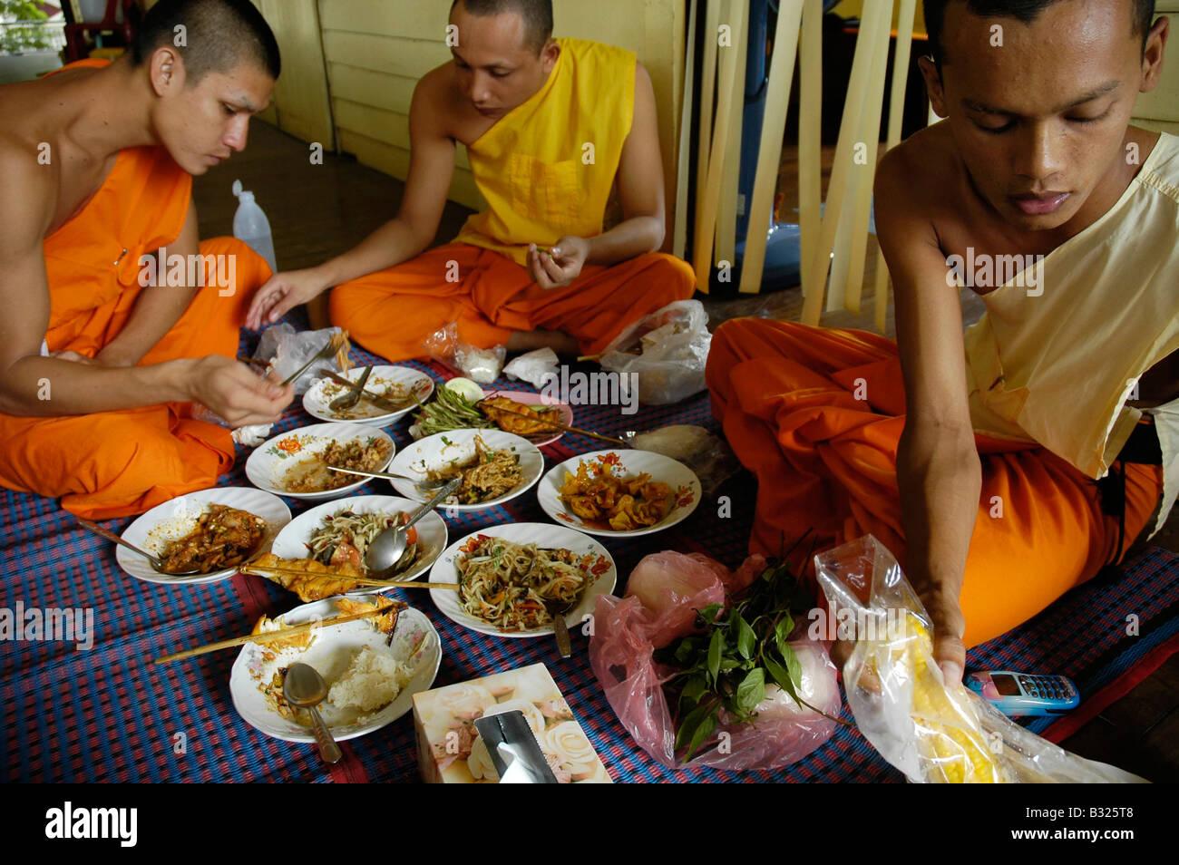 Thai Buddhist Monks Eating Thai Food Stock Photo 19102840 Alamy