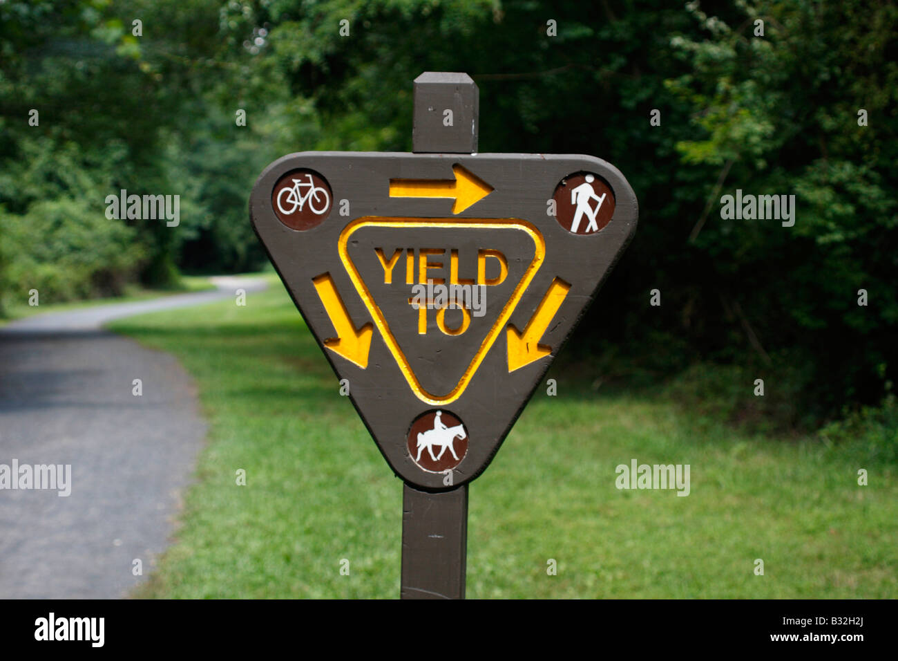 Yield sign on multi use trail - Stock Image