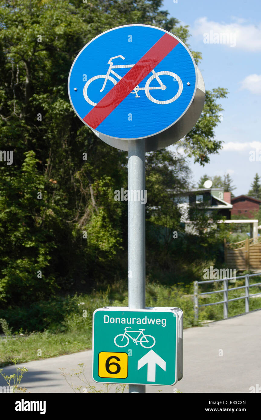 Traffic sign 'cycle track end' - Stock Image