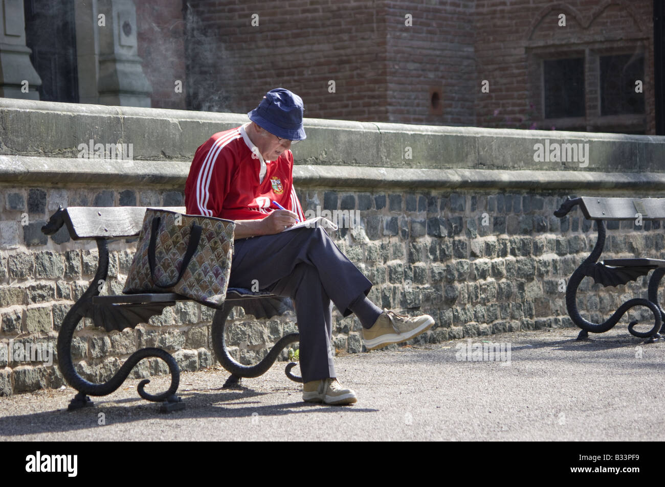Old Man Sat On A Wall Stock Photos & Old Man Sat On A Wall