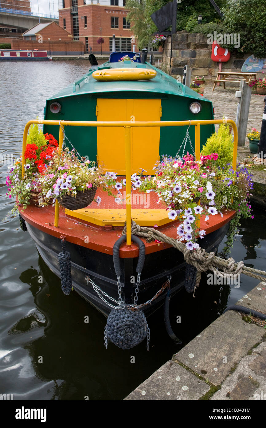 Narrow boat with plant baskets Victoria Quay Sheffield - Stock Image