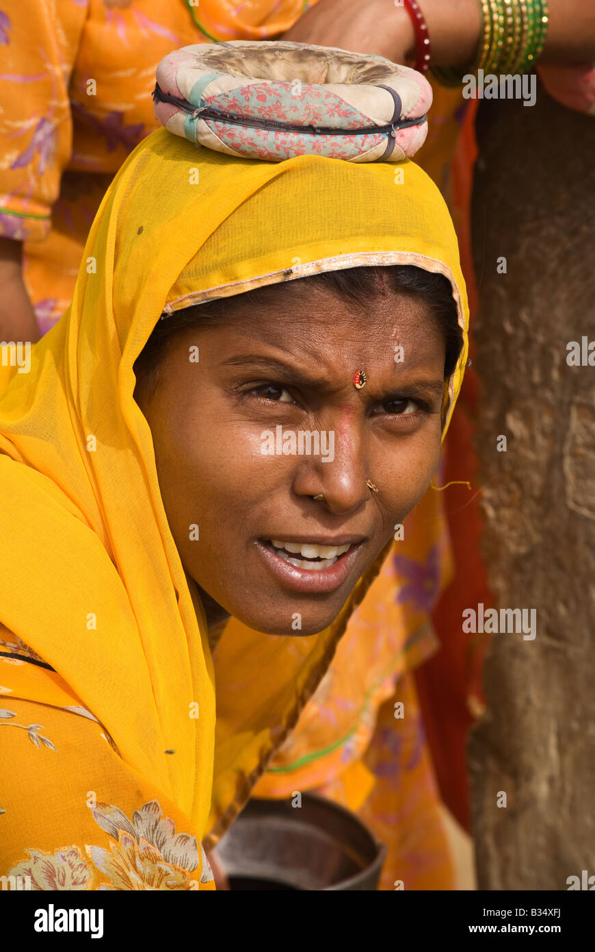 A BANJARI TRIBESWOMAN at the water well in her village in the THAR DESERT near JAISALMER RAJASTHAN INDIA - Stock Image