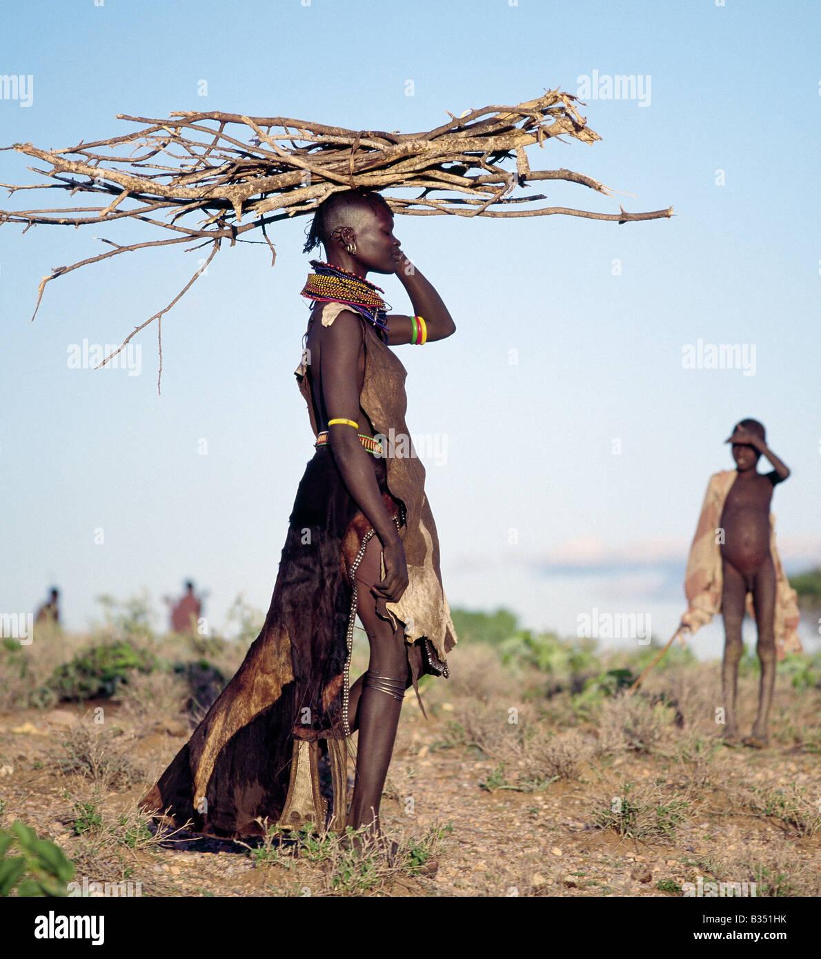 Kenya, Turkana, Nachola. In the semi-arid terrain of Turkanaland, women have to travel great distances to collect - Stock Photo