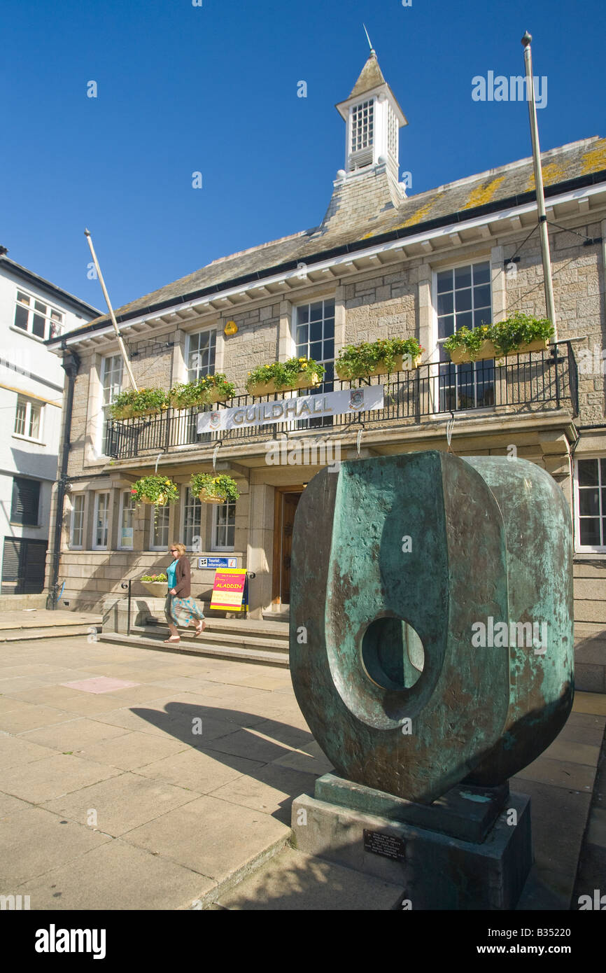 Dual Form bronze sculpture by Barbara Hepworth outside St Ives Town Hall Cornwall West Country England UK United - Stock Image