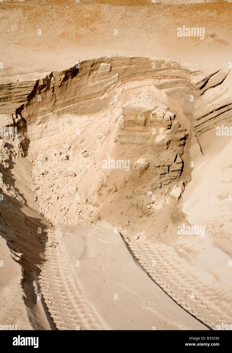 Sand extracted from gravel pit sand wall - Stock Image
