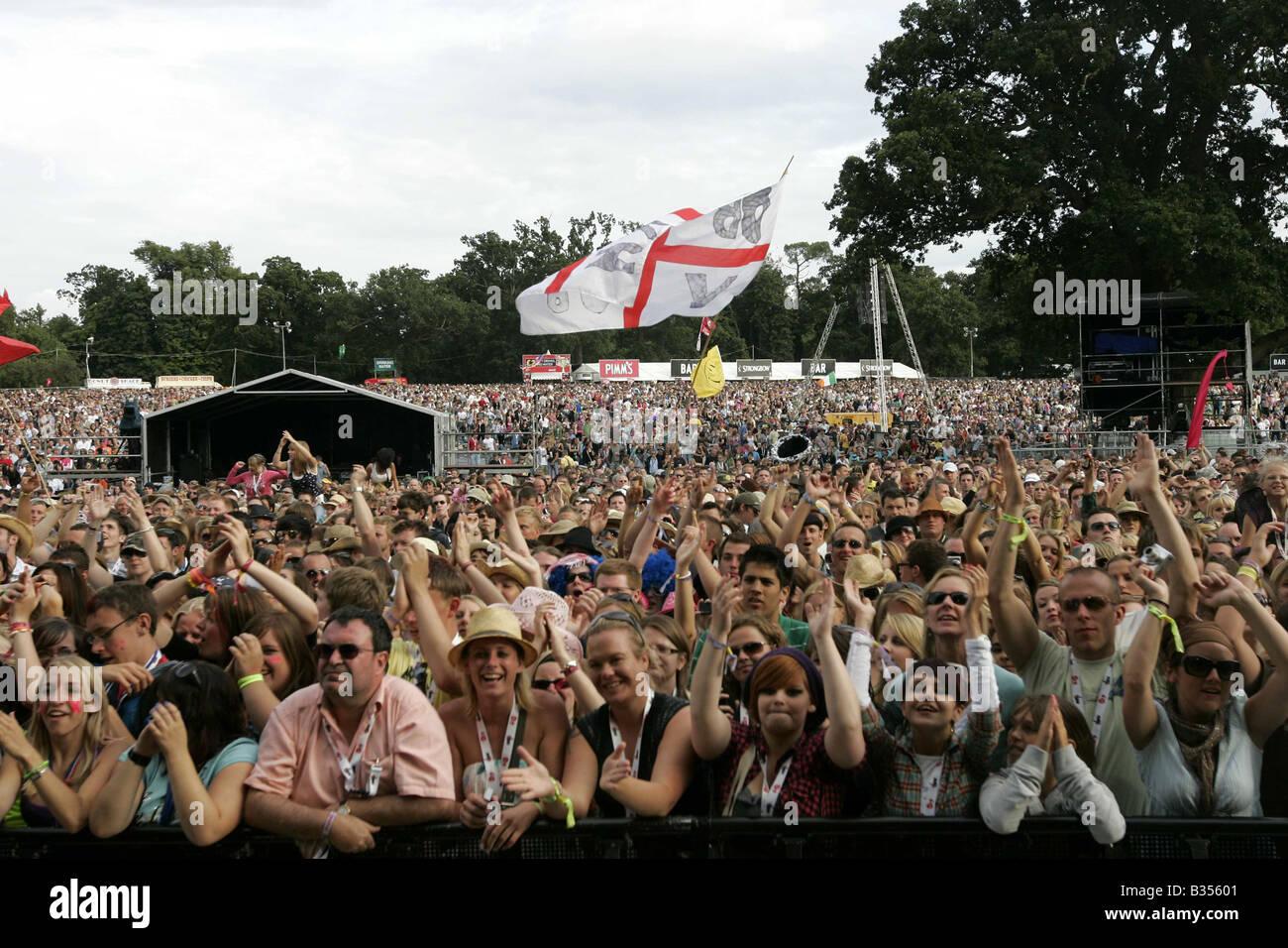 CROWD FANS AT V FESTIVAL MUSIC FESTIVAL CHELMSFORD - Stock Image