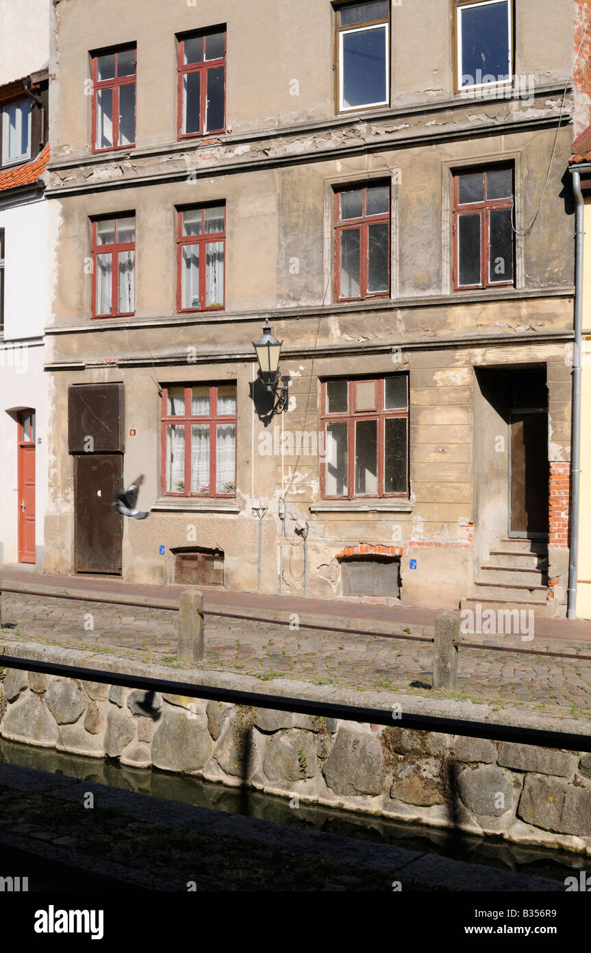 Heruntergekommenes Gebäude in Wismar Deutschland Run down building in Wismar Germany - Stock Image
