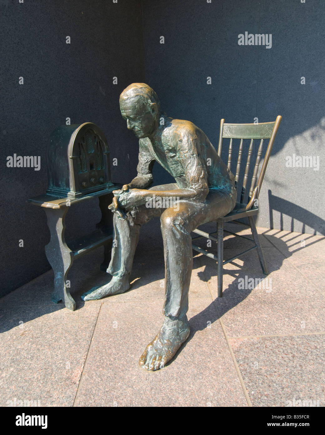 In Washington, DC, the Franklin Delano Roosevelt Memorial Sculpture of a citizen listening to a Fireside Chat on - Stock Image