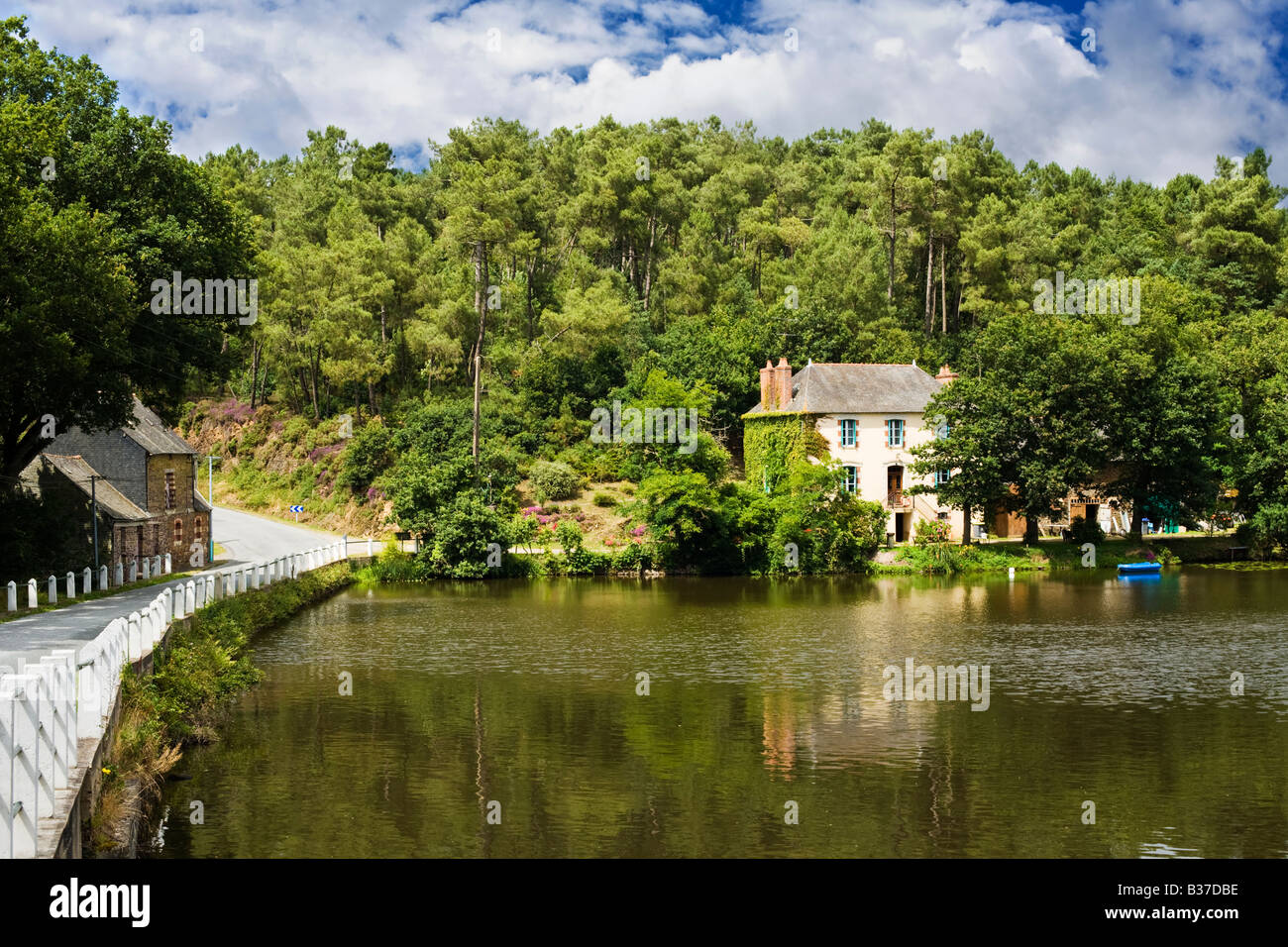 French house, Brittany, France beside a lake in the forests of Morbihan - Stock Image