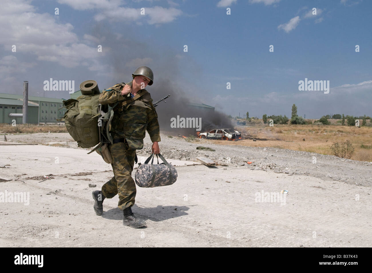 A Russian soldier carrying personal equipment near the town of Gori during the Russo-Georgian War August 2008 - Stock Image