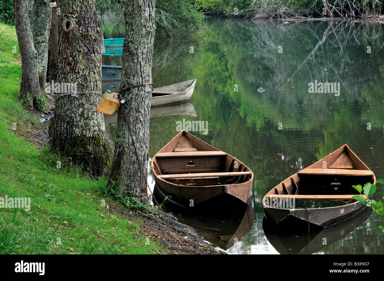 Boats at the channel Canal de l´Hermitage in Carrenac - Stock Image