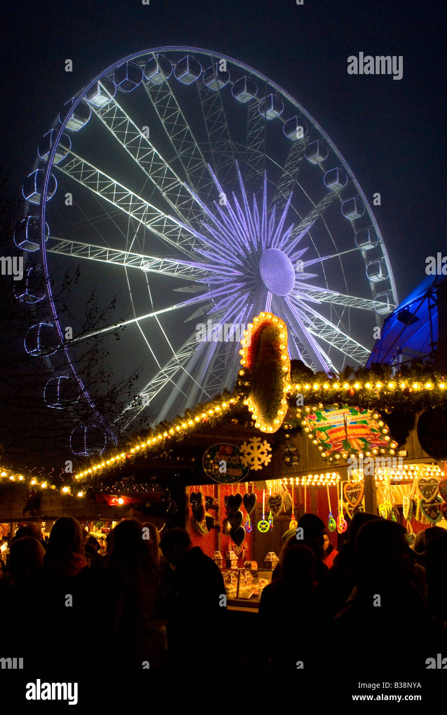 HYDE PARK LONDON CHRISTMAS TIME WINTER WONDERLAND CHRISTMAS MARKETS AND FUN FAIR RIDES - Stock Image
