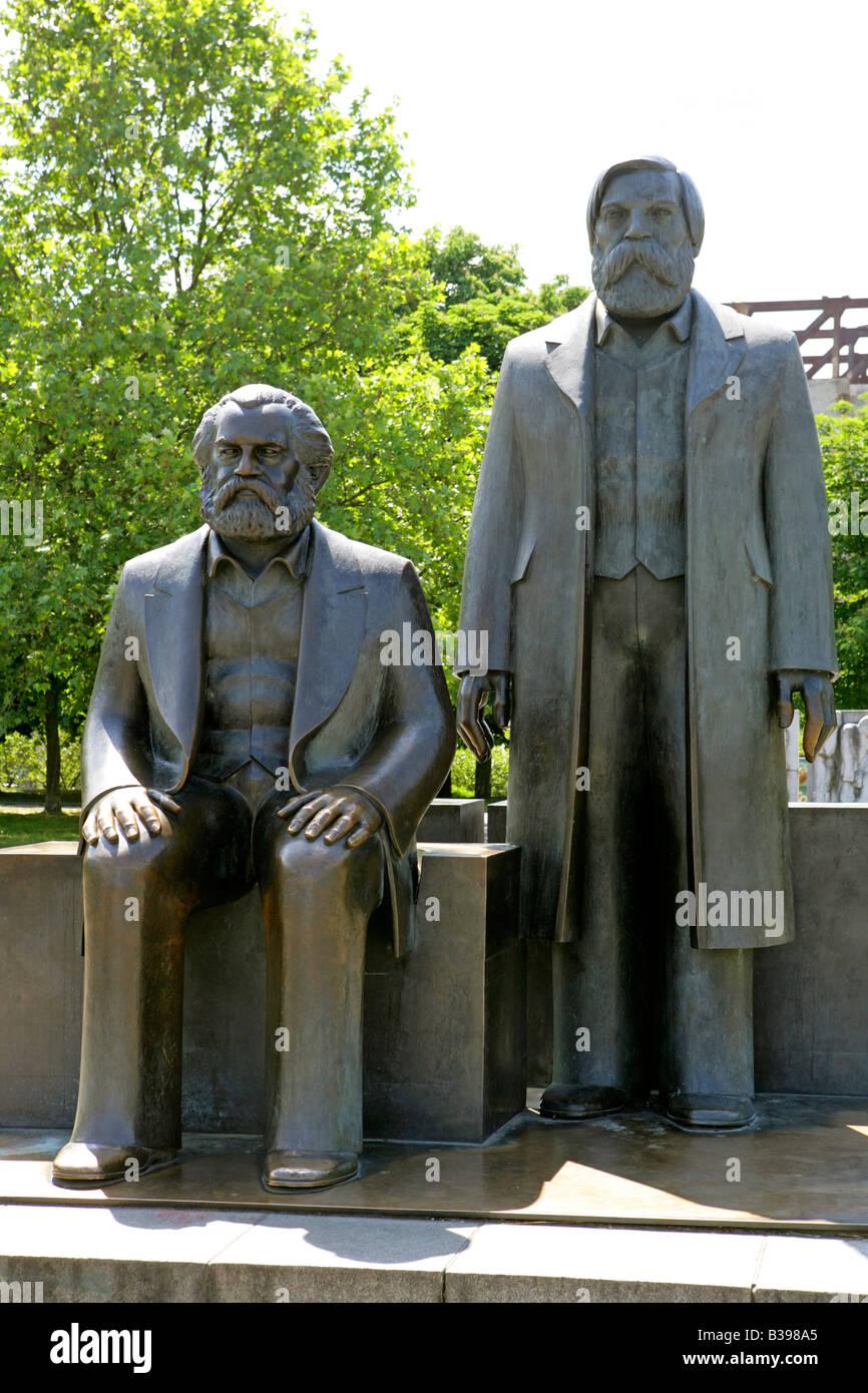 Deutschland, Berlin, Karl Marx und Friedrich Engels Denkmal, Germany Berlin the Marx Engels Monument - Stock Image