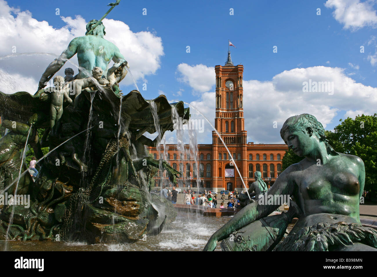 Deutschland, Berlin, das rote Rathaus, Germany, Berlin Red Town Hall and Neptune Fountain - Stock Image