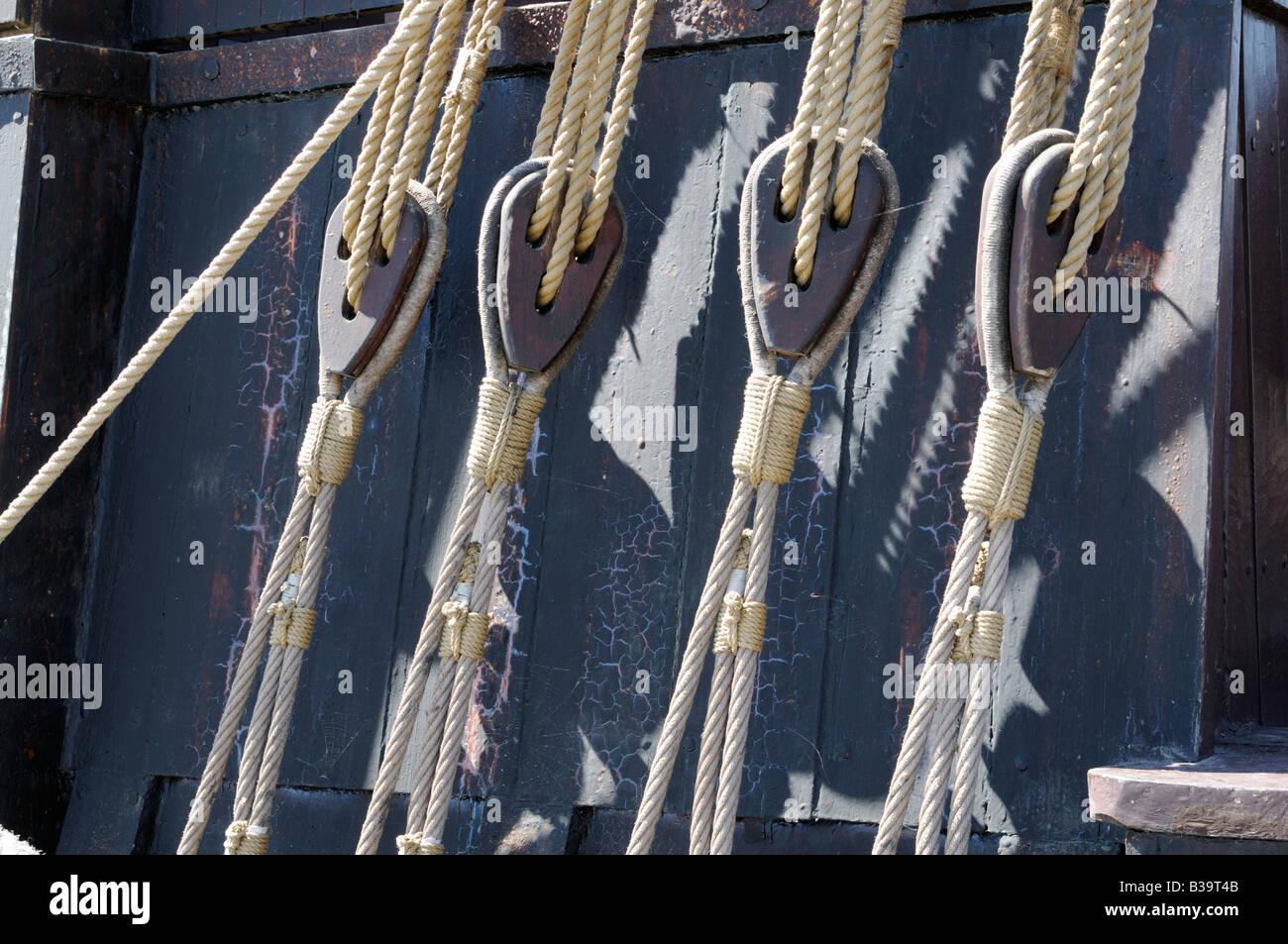 Seile und Taljen auf einem Schiff Ropes and pulleys on a ship - Stock Image