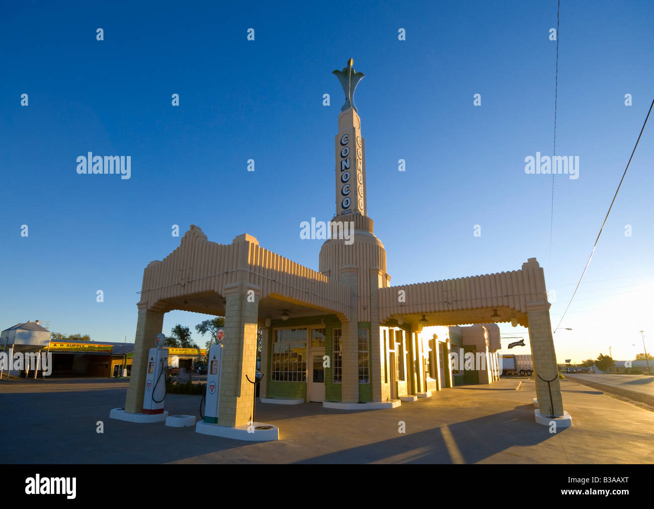 usa texas route 66 shamrock old art deco tower conoco gas stock photo 19282448 alamy. Black Bedroom Furniture Sets. Home Design Ideas