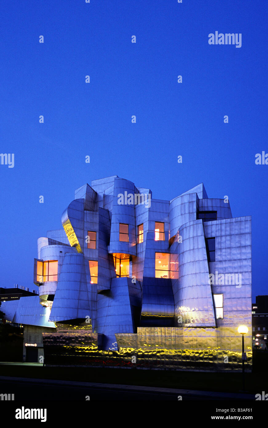 STAINLESS-STEEL CLAD FREDERICK R. WEISMAN MUSEUM IN MINNEAPOLIS, MINNESOTA.  ARCHITECT IS FRANK GEHRY. - Stock Image