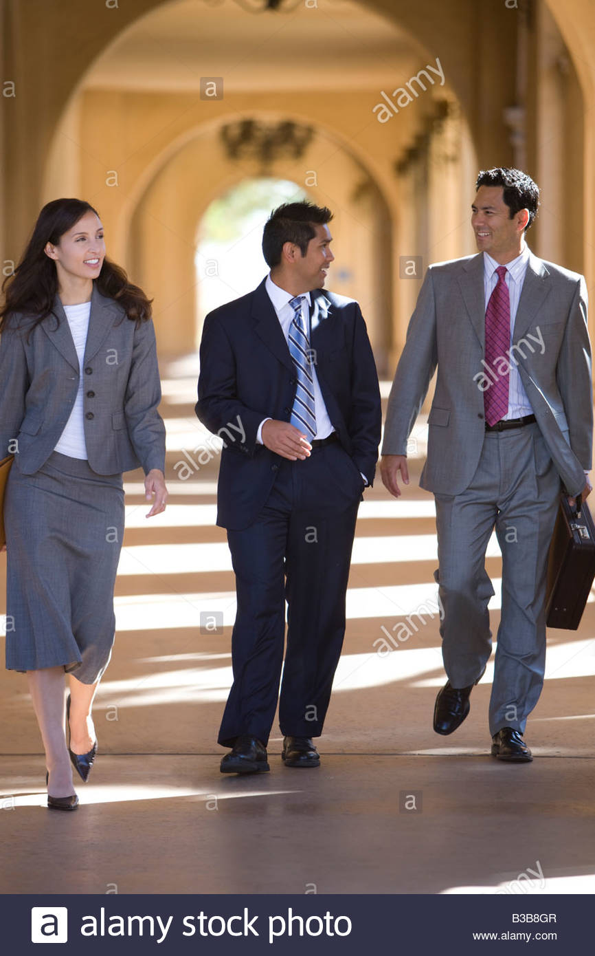 Businesspeople walking through archway - Stock Image