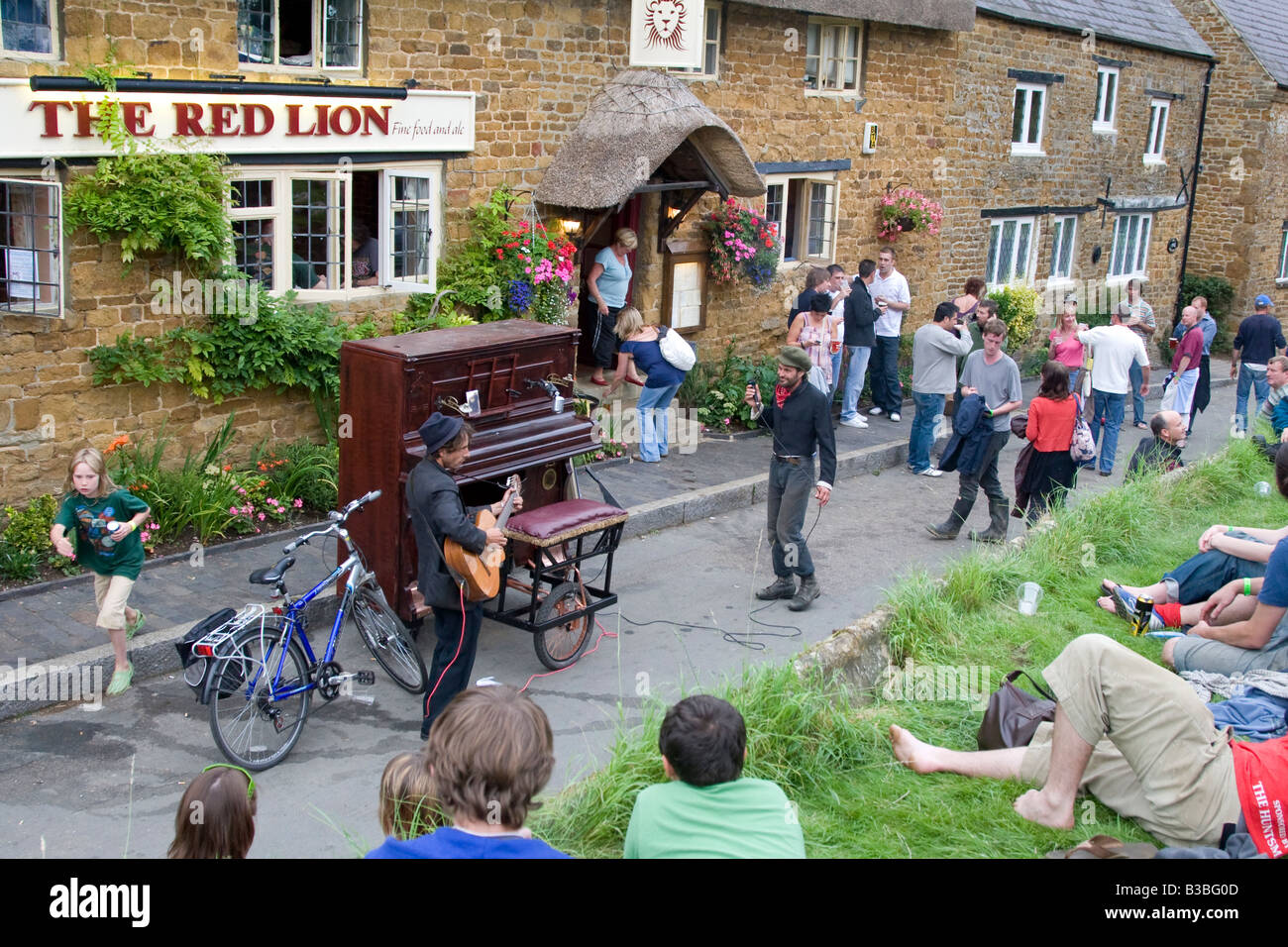 street performers outside the Red Lion pub in Cropredy village at the time of the 2008 Fairport's Cropredy Convention - Stock Image