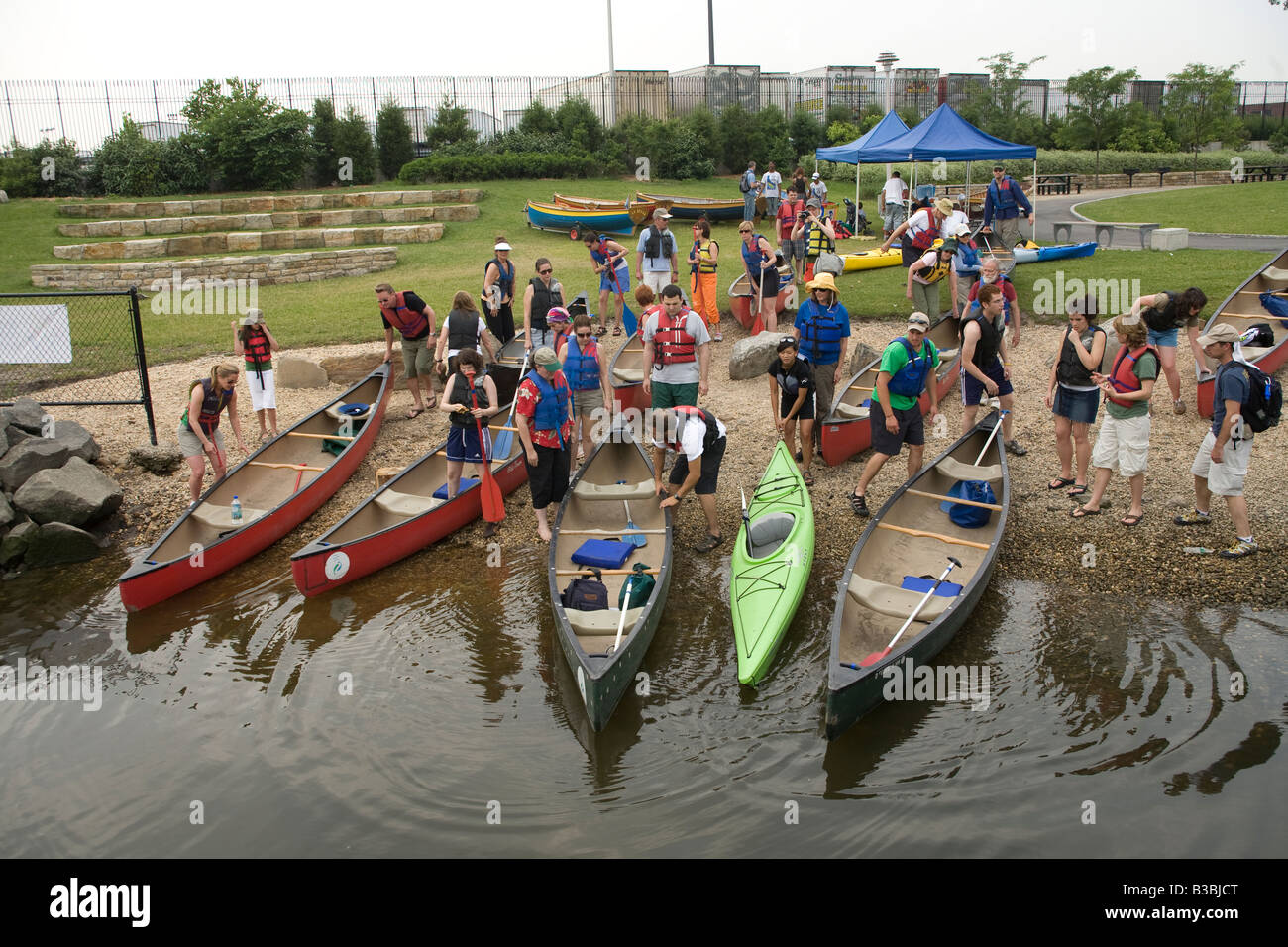 City dwellers prepare to take a canoe trip up the Bronx River in the Bronx, New York City. - Stock Image