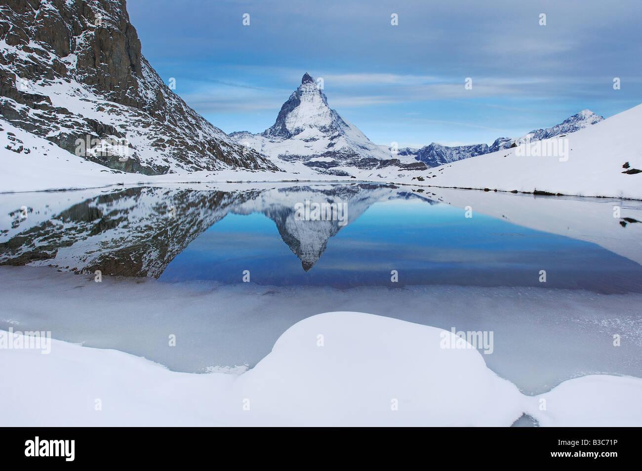 Matterhorn spiegelt sich im Riffelsee Zermatt Wallis Schweiz - Stock Image